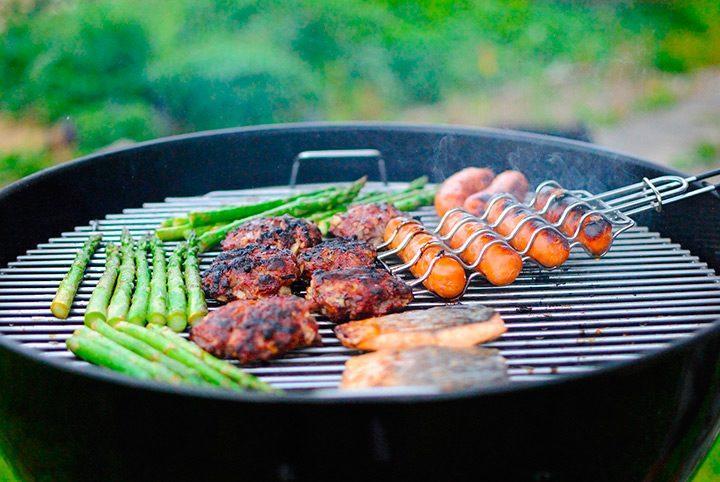 mancare carne si legume pe gratar