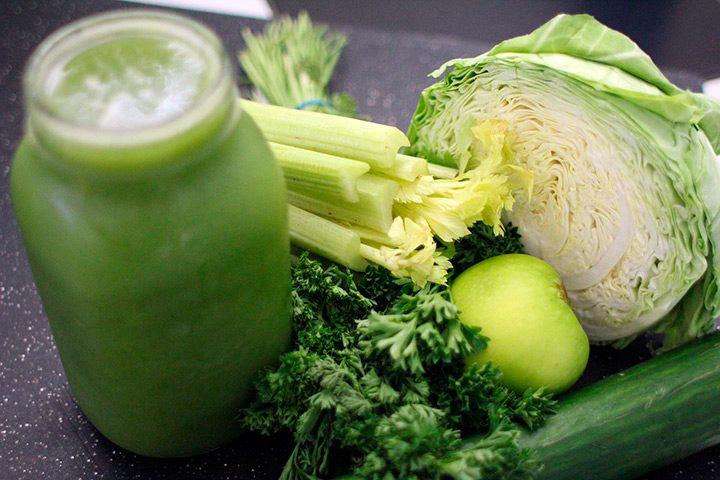suc natural de legume cu verdeturi