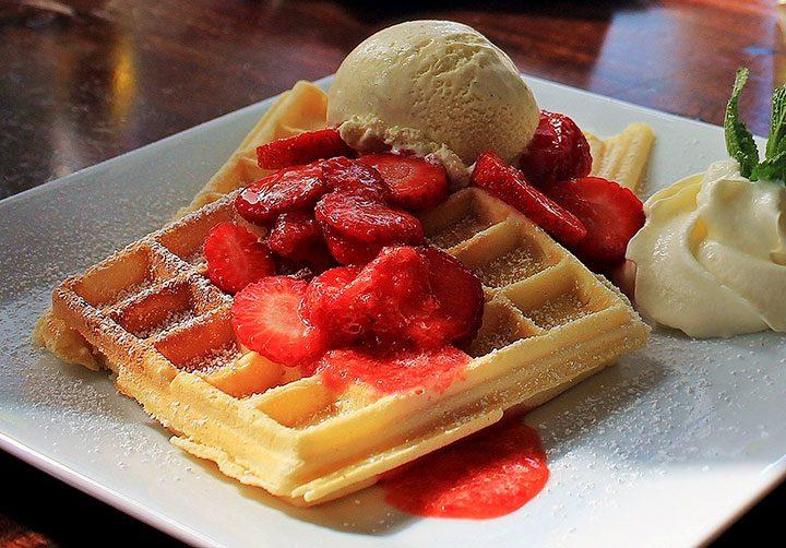 gofre waffle cu fructe si inghetata