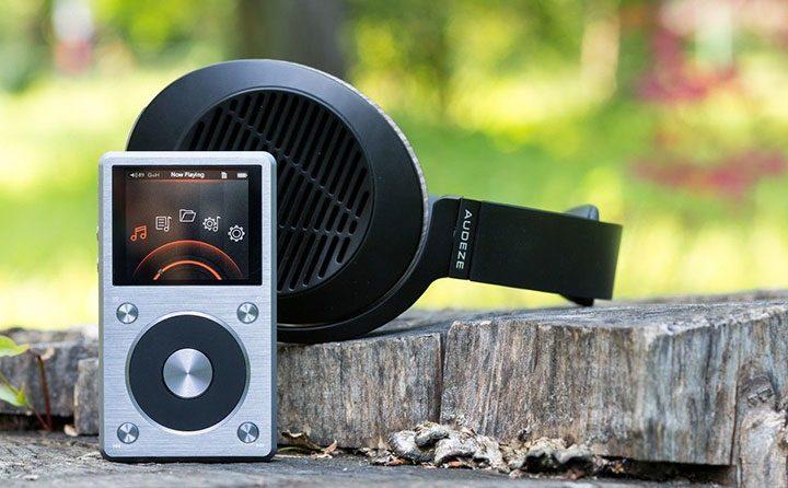 mp3 player pentru audiofili si pereche de casti audio