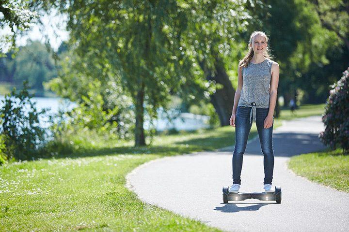 deplasare cu un hoverboard electric