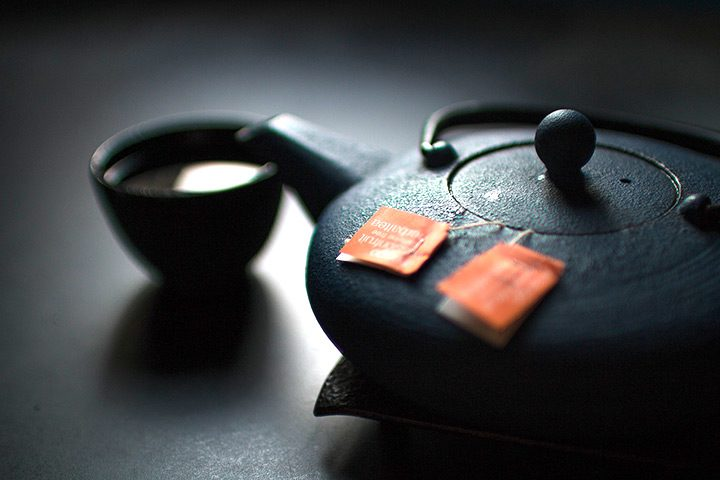 Ceainic pentru ceai aromat: cu infuzor, metalic, ceramic sau de portelan