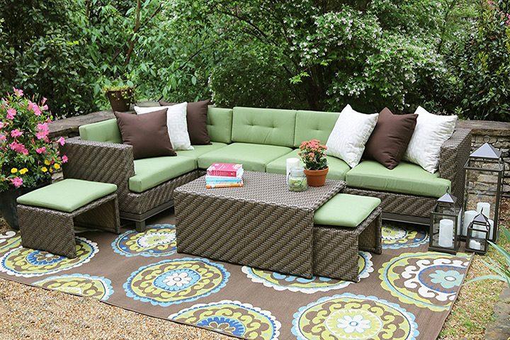 mobilie de exterior in culori neutre