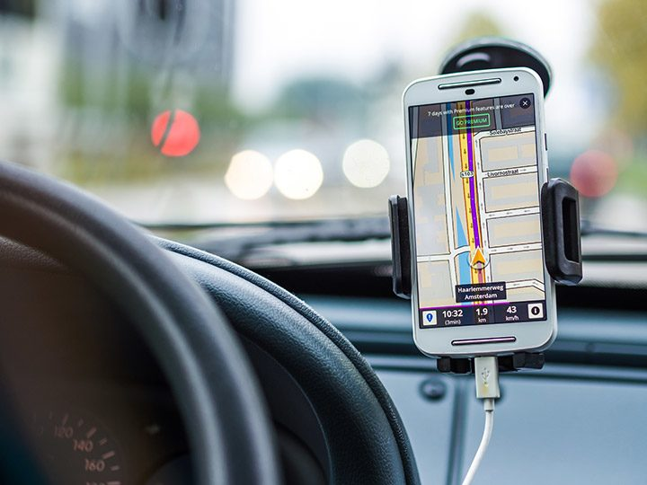 Suport auto pentru telefon sau tableta: ce trebuie sa stii inainte sa cumperi