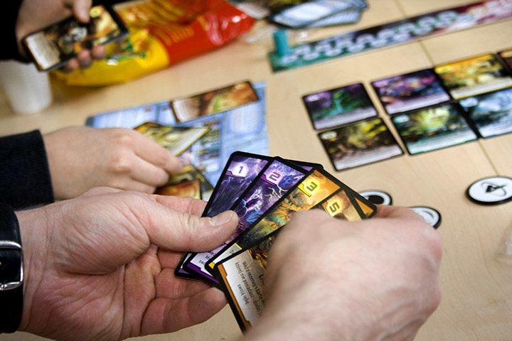 Jocuri cu carti pe care sa le incerci la intalnirile cu prietenii