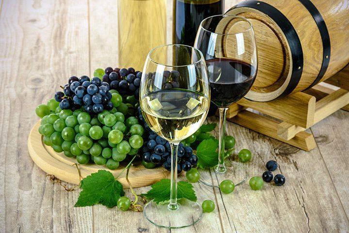 pahare de vin alb si vin rosu
