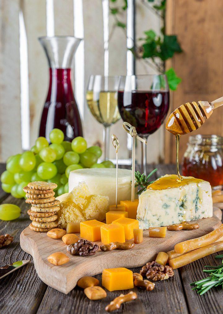 platou de branzeturi servit cu vin