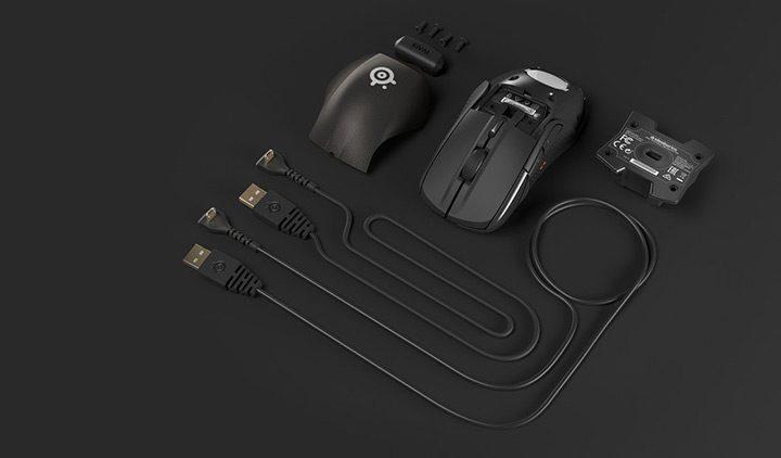 mouse de gaming intins pe masa
