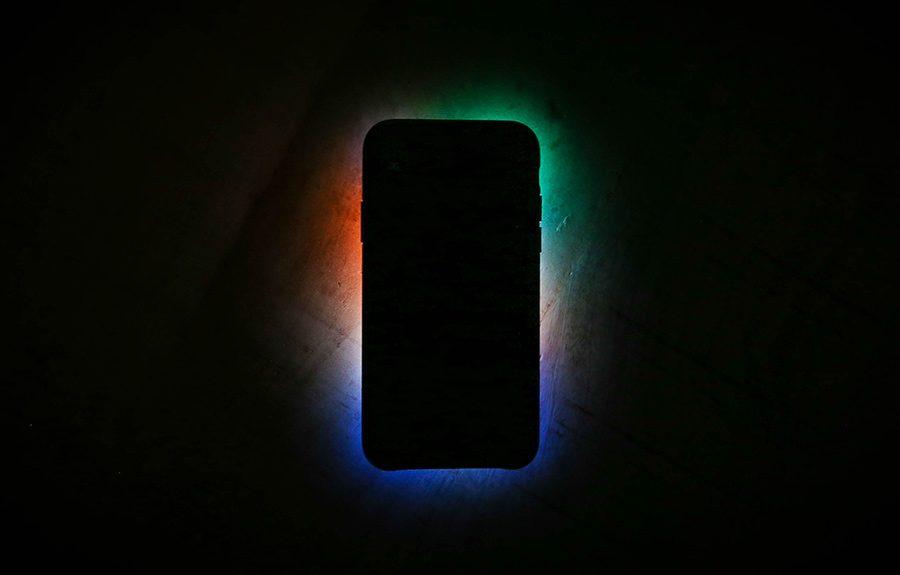 smartphone cu ecranul in jos