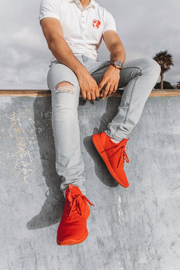 blugi taiati pantofi sport rosii