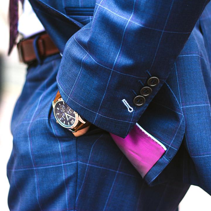 costum albastru cu dungi ceas de mana