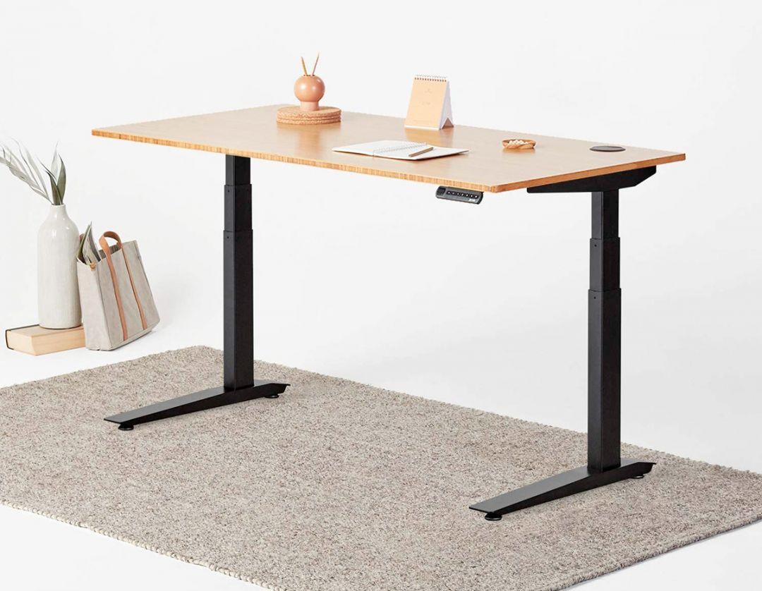 Birou pentru lucrat in picioare (standing desk): ce este, cat costa, beneficii