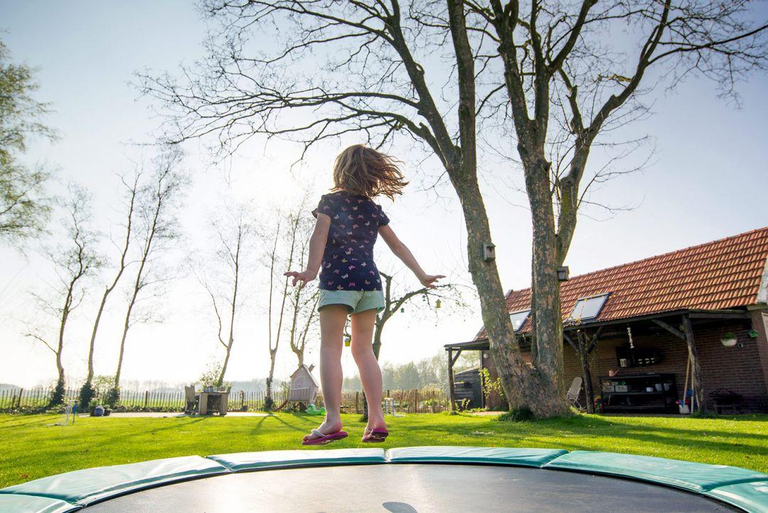 Trambulina pentru copii: riscuri, beneficii, cum alegi