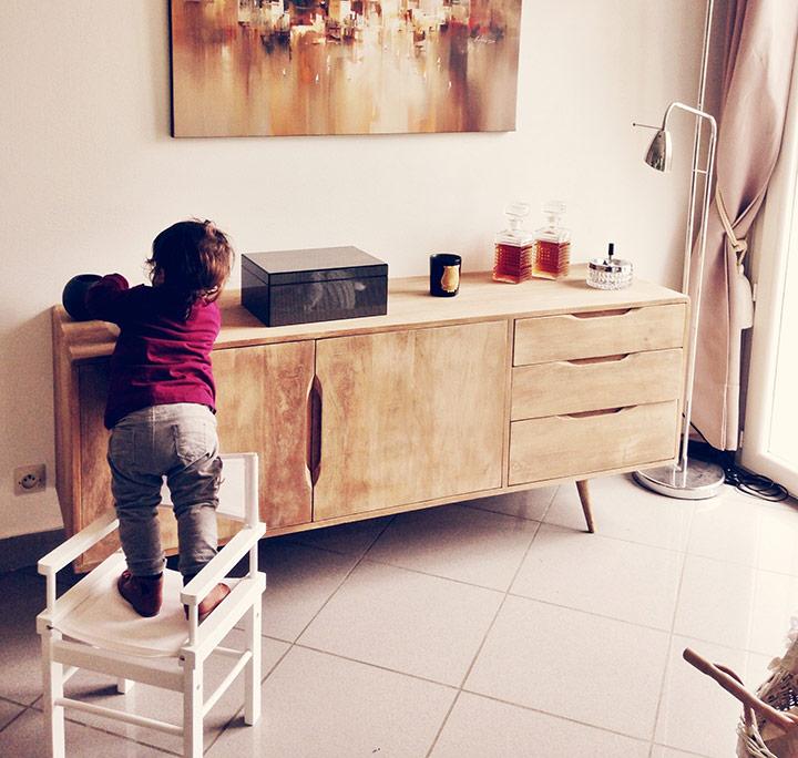 copil catarat pe mobila